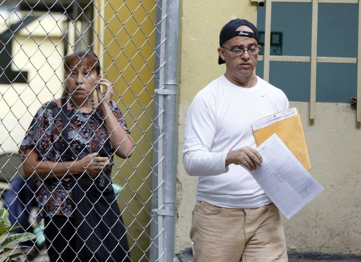 Por un teléfono mataron a joven estudiante -  Caracas.-La mañana del 30 de deiciembre fue asesinado Kevin Efrain Ron Puentes, de 29 años, por un delincuente que intentó despojarlo de su teléfono celular cuando se encontraba en la parada de buses que van hacia La Guaira, ubicada en la avenida Sucre de Caracas. Los familiares de la víctima d... - https://notiespartano.com/2017/12/31/telefono-mataron-joven-estudiante/