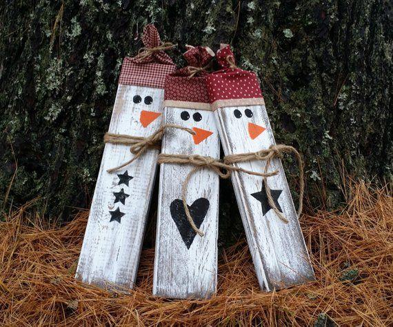 Notleidende rustikale hölzerne Schneemänner, Weihnachtsdekor, zurückgeforderte hölzerne Schneemänner, primitive Weihnachten, Winter-Dekor
