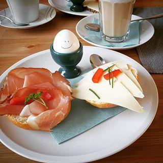 """Leckeres Frühstück mit Grinse-Ei im Café """"Hygge"""""""