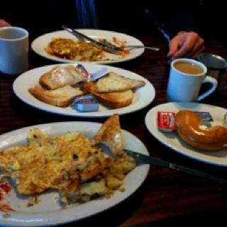 Erstes breakfast in NY. Bagel with creamcheese & turkey Omelette. Und der werte Chef ist uns bis in die Ubahn gefolgt, da er der Meinung war, unser 100 $ Schein wäre ein Fake...
