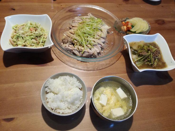 10/03夕食(姫2宅) 夕食は、あっさりと蒸し鶏とキャベツとエリンギと納豆のサラダ、カブとひき肉の煮物、豆腐の味噌汁。たくあんとニンニクみそ漬け。悪魔の2歳児の母である姫2ですが、毎日おべんとう2つとおにぎりを毎朝作っているおかげで、料理のレパートリーも広い。感心、感心。