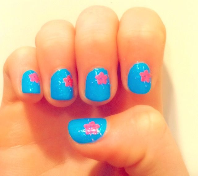 It is so cold in Canada right now, so I made these summery type nails to not think about the weather.
