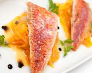Rougets légers au four sur nid d'oranges : Savoureuse et équilibrée | Fourchette & Bikini