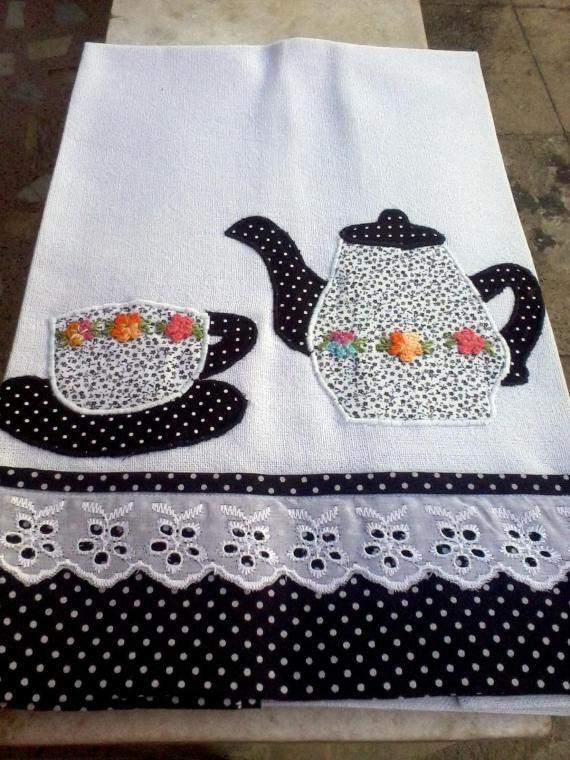 Pano de prato em pano de saco, com aplicação em tecido de algodão e barrado em tecido
