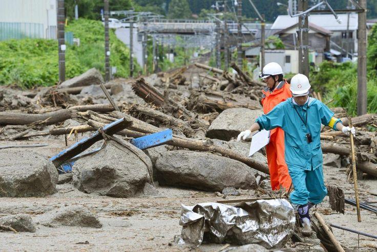 Il tifone Neoguri investe le isole Okinawa, nel sud del Giappone, con  piogge torrenziali, vento oltre i 270 chilometri orari, blackout,  edifici devastati, alberi sradicati e trasporti  interrotti. Numerosi i feriti e oltre mezzo milione  di persone evacuate dalle città travolte