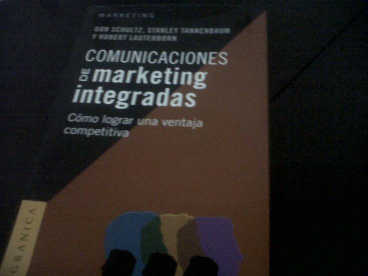 """Leyendo """"Comunicaciones de Marketing Integradas de Don Schultz."""