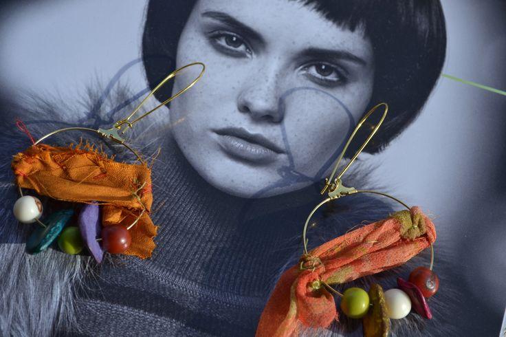 """Créoles asymétriques """"Les soies cuivrées"""" avec rubans de soie de sari indien, chips coco, graines açaï, dormeuses : Boucles d'oreille par les-perles-de-eihpos"""