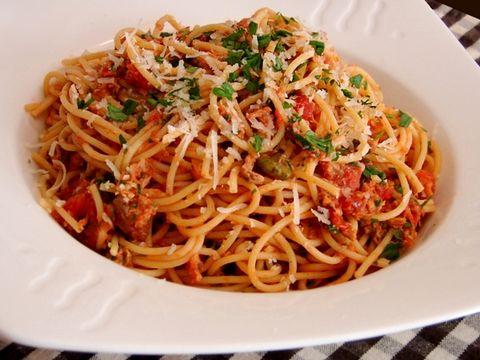 Découvrez, ci-dessous, la recette traditionnelle des Spaghetti au thon : un Primo à base de pâtes et extrêmement parfumé grâce aux saveurs fortes des olive