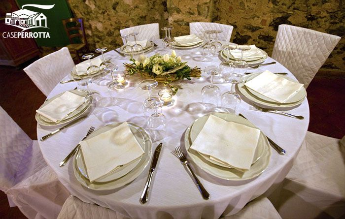 Allestimento per ricevimento nozze sala Cantina con tavoli rotondi