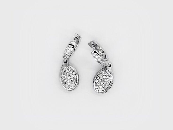 «Капли» (Drops) — небольшие каплевидные серьги, искрустированные белыми циркониевыми камнями. Круглые застежки также украшены камнями. #jewellery #silver #earrings #bijoux #серебряные #серьги #украшение #цирконий #ювелирные #изделия #fashionkiosk #fk #ювелирный #интернет-магазин