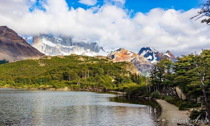 El Chalten'de yapılacak en güzel aktivite olan 10 km'lik Fitz Roy trekkingi boyunca bir çok güzel manzarayla karşılaştık. Bunlardan birisi Laguna Capri. Fitz Roy dağının  manzarasıyla bu göl birleşip bir de üstüne kamp alanı olunca burası oldukça hoşumuza gitti. Fitz Roy'a günü birlik tırmanabileceginiz gibi 4-5 gün süren trekkingle de bu tarz güzel yerlerde kamp yaparak gidebiliyorsunuz. Özellikle de Capri gölünün kenarındaki kamp alanı kesķe çadırla gelişeymişiz dedirtti. #uzaklaryakin…
