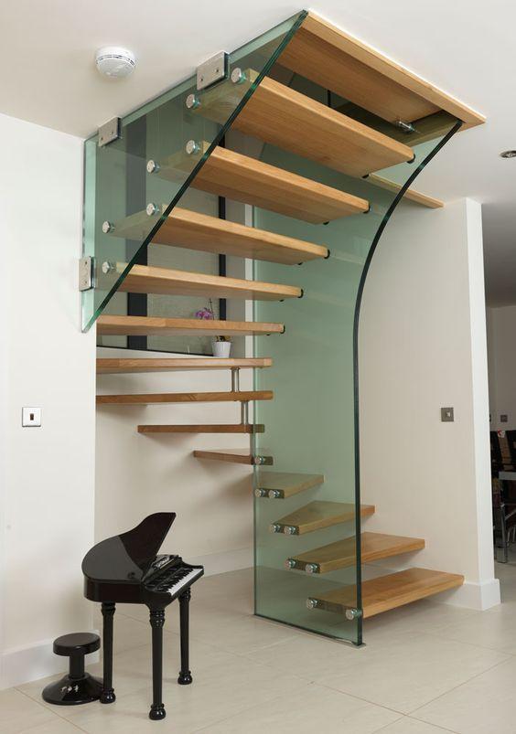 Você também pode inovar na aplicação do guarda corpo nas escadas #design #vidro