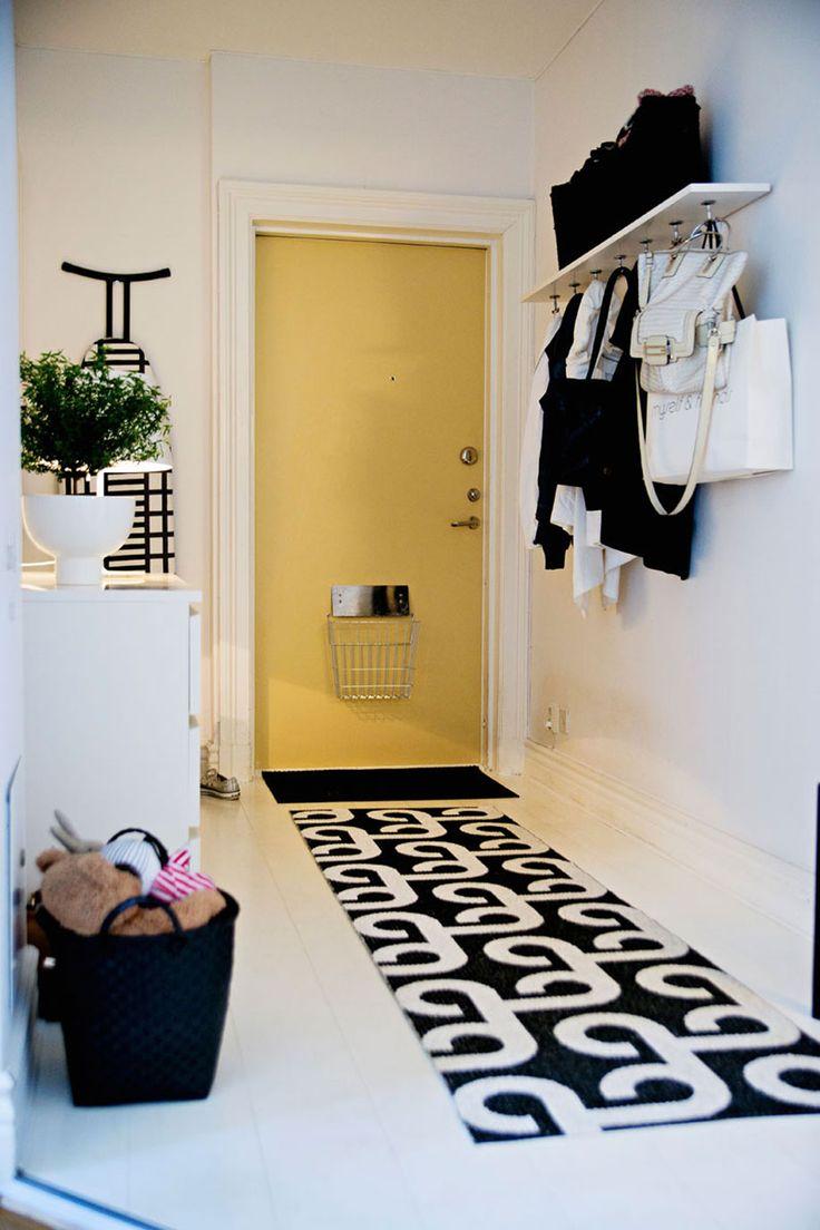 No corredor você pode colocar um modelo específico chamado de passadeira. Se o espaço for muito grande é possível usar mais de um para ocupar o ambiente inteiro. Para descobrir o tamanho certo para a passadeira não prender na porta, basta abri-la e medir a partir da ponta.