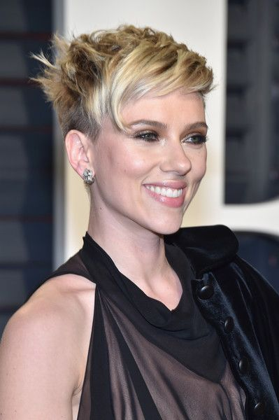 Scarlett Johansson Messy Cut - Scarlett Johansson was rocker-chic at the Vanity Fair Oscar party wearing this messy short 'do.
