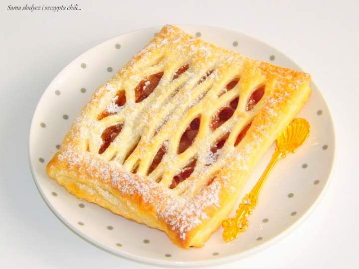 Francuskie ciastko z jabłkami i cynamonem.