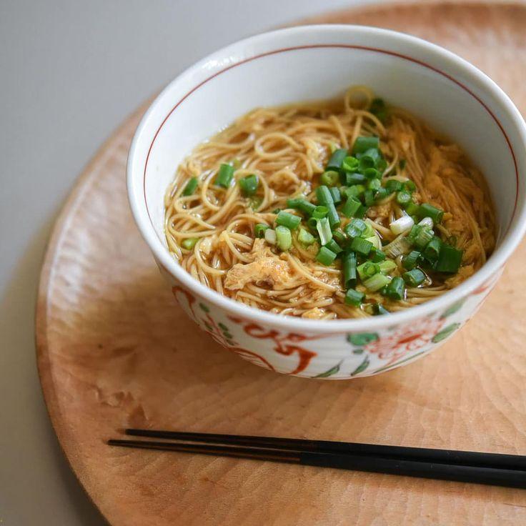 いいね!1,417件、コメント2件 ― 北欧、暮らしの道具店さん(@hokuoh_kurashi)のInstagramアカウント: 「5分でできる!卵とじにゅう麺のレシピ ・ お腹をホ〜ッと温めて、お正月のごちそう疲れもついでにリセット♪ (レシピ:フルタヨウコ) ・ 【材料(1人分)】 そうめん…100g(1人分) 卵…1個…」