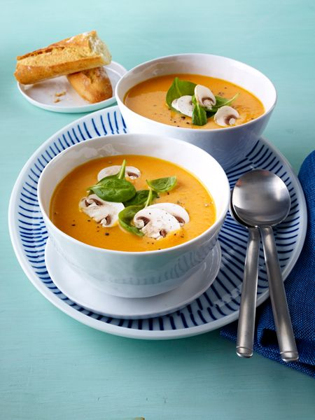 Möhren-Mango-Suppe mit Cremehaube: Löffel für Löffel ein Genuss: heiße Suppen für kalte Tage. Und kalte Suppen für heiße Tage. Das Beste: Jedes Suppen Rezept hat weniger als 200 kcal.