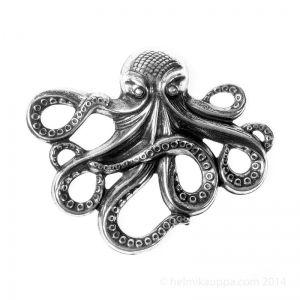 Mustekala symboloi monimutkaisuutta, vaihtelunhalua, mystisyyttä, illuusiota ja älykkyyttä. Muistuttaa Pirates of Caribbean –elokuvan mustekalaa.  Trinity Brass, linkki, mustekala 64 x 53,5 mm [Octopus Stamping], antiikkihopeoitu, F114-AS  http://www.helmikauppa.com/trinity-brass-linkki-mustekala-535-octopus-stamping-antiikkihopeoitu-p-10470.html