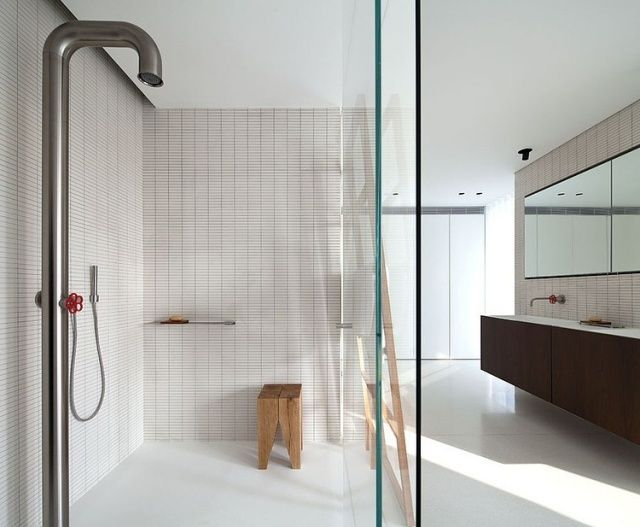 murs de la cabine de douche en petits carreaux rectangulaires
