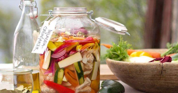 Blomkål, rödlök, fänkål, zucchini, paprika och morötter syras och blir underbart goda.