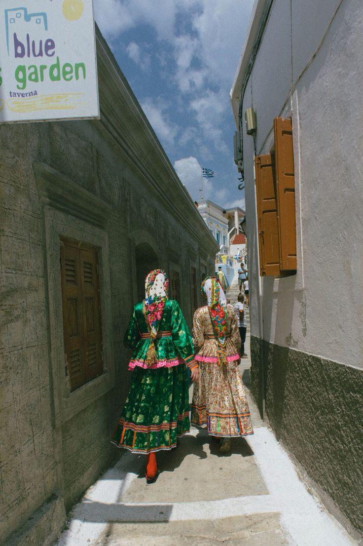Το πανηγύρι του Δεκαπενταύγουστου στην Όλυμπο Καρπάθου Φωτογραφίες: Σπύρος Βάθης   Το πανηγύρι του Δεκαπενταύγουστου στην Όλυμπο Καρπάθου δεν μοιάζει με κανένα άλλο πανηγύρι πουθενά στην Ελλάδα, ηπειρωτική ή νησιωτική. Δεν ξέρω αν είναι καν πανηγύρι.   Όχι εξαιτίας των πολύχρωμών παραδοσιακών φορεσιών που φορούν τα κορίτσια και οι γυναίκες του χωριού ή του μοναδικού λαογραφικού χαρακτήρα του χωριού, αλλά γιατί αυτό που συμβαίνει εκεί το βράδυ του Δεκαπενταύγουστου είναι τόσο αθόρυβο…