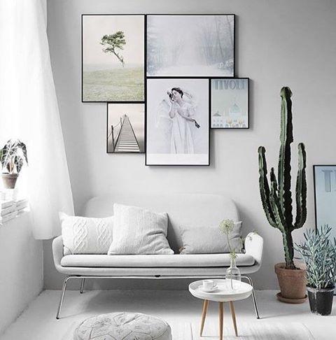 """445 curtidas, 2 comentários - Uma Casa Como Poucas (@blogumacasacomopoucas) no Instagram: """"Apaixonei por essa sala 😍 amei a mini mesa pé palito, à disposição dos quadros, o sofá, essa cacto…"""""""