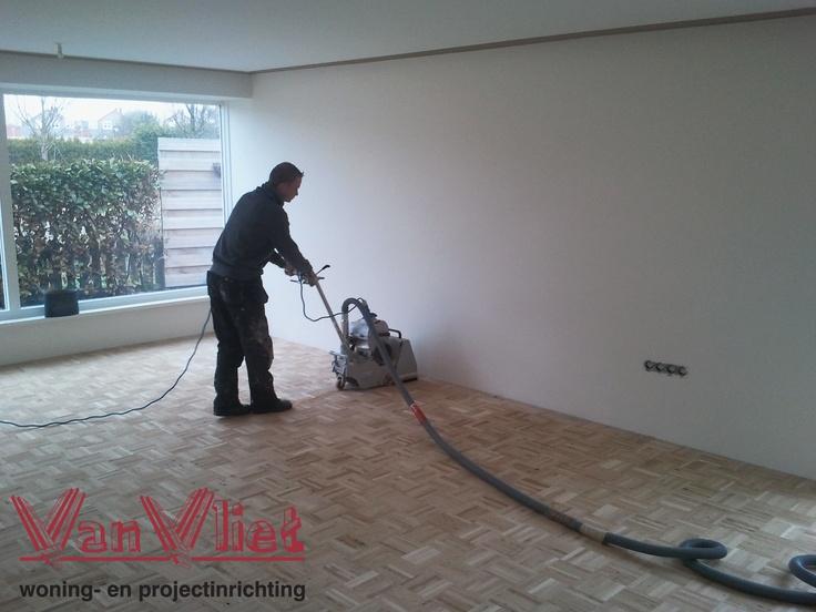 voordat de parketvloer geplaatst kan worden moet de tussenvloer eerst vlakgeschuurd worden. Uiteraard gebeurd dit volledig stofvrij dankzij het Bona dust care systeem.