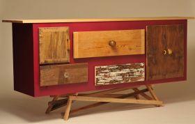 Un parallelepipedo laccato lucido combinato con frammenti di vecchi mobili ed adagiato su di una impalcatura di listelli incrociati. Trae il suo nome dal colore della laccatura. #madeinitaly #artigianato #wood #legno