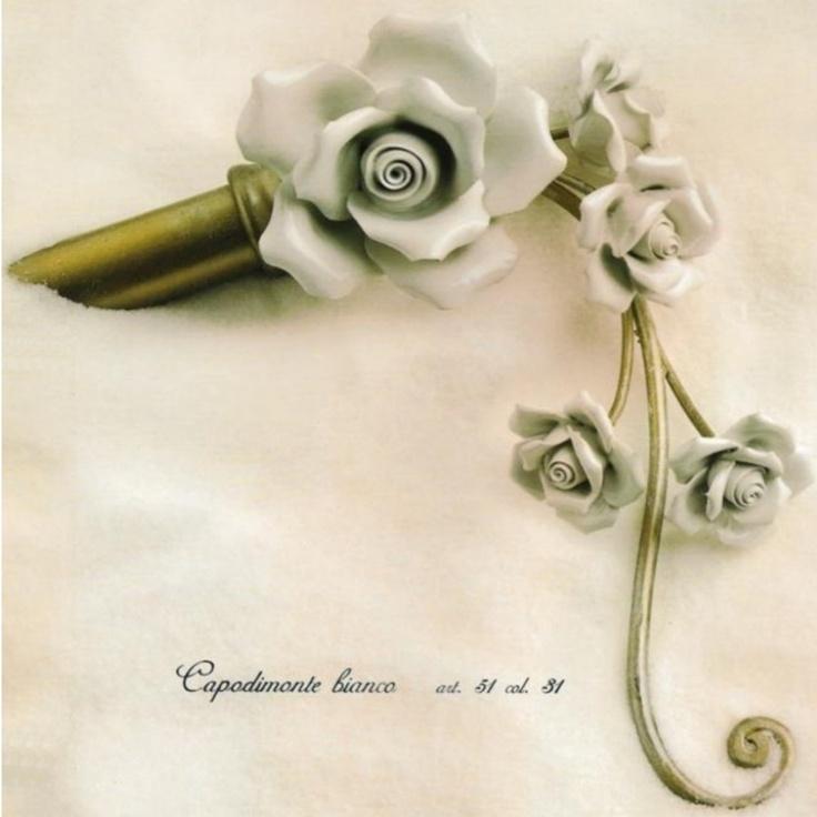 Bastone per tende in ferro battuto con applicazione di fiori in ceramica di Capodimonte