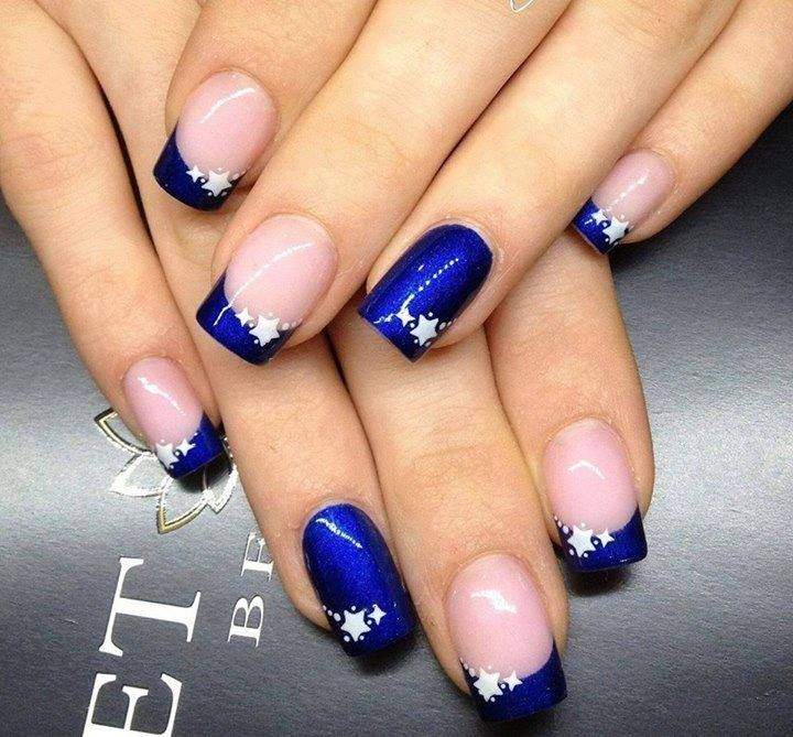 Uñas rosas claras con estrellitas blancas y azules marinas y uñas azules marinas con estrellitas blancas / pink nails with white stars and blue with white stars nails