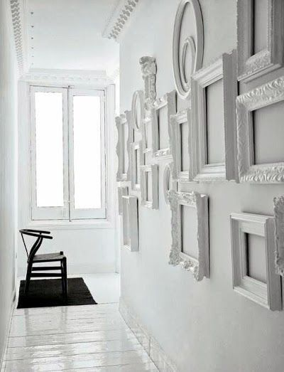 Marcos de fotos vacíos para decorar este espacio. Foto vía pinterest