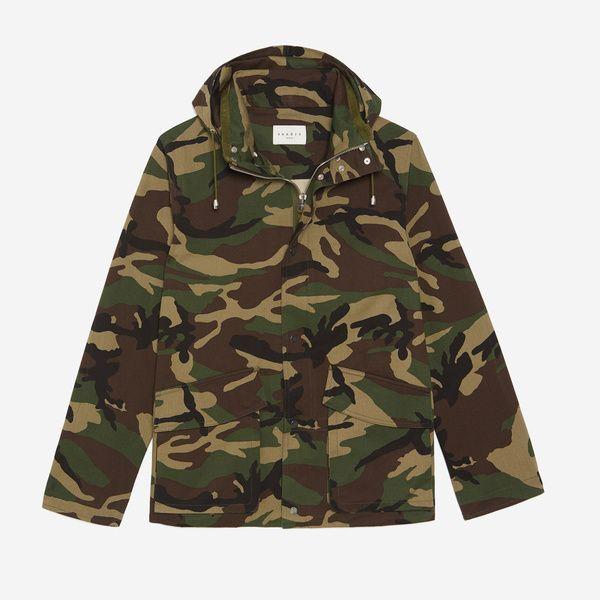 Le camouflage: récupéré par la pop culture presque autant que le denim, le motif végétal militaire fait l'objet d'un statu quo entre guerre et paix. C'est pour ça qu'on peut le porter à toutes les sauces. Parka imprimée, Sandro, 375€