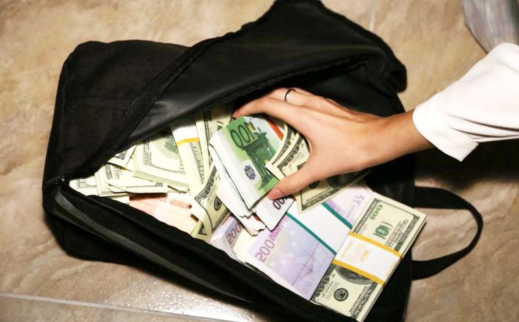 Вернули утерянную сумку в которой оказался… клад! http://feedproxy.google.com/~r/russianathens/~3/iOwPAX1xsCs/23130-vernuli-uteryannuyu-sumku-v-politsiyu-v-kotoroj-okazalsya-klad.html  В Волосе, в забытой возле вокзала сумке обнаружился настоящий клад - тысячи евро, золотые часы и банковские карты.