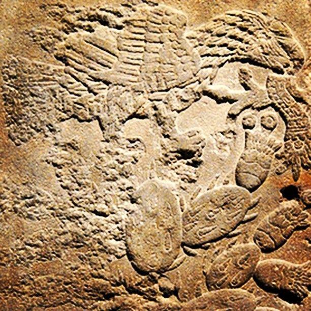Breviario cultural  La serpiente en el Escudo Nacional  Es por muchos conocido que nuestro escudo nacional está compuesto por los elementos prehispánicos que nos hablan de la fundación de México Tenochtitlan. Se remonta al origen mítico en el que el dios Huitzilopochtli hace mención al pueblo mexica del águila que tienen que encontrar, parada sobre un nopal en un islote, en medio de un lago. Sin embargo, la revisión de fuentes históricas nos dejan ver que el escudo muestra un elemento que…