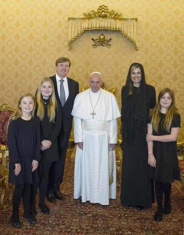 Yesterday, Monday April 25, Their Majesties King Willem-Alexander and Queen Máxima were received by Pope Francis at the Vatican for a private audience. The Royal Couple was accompanied by their three daughters: