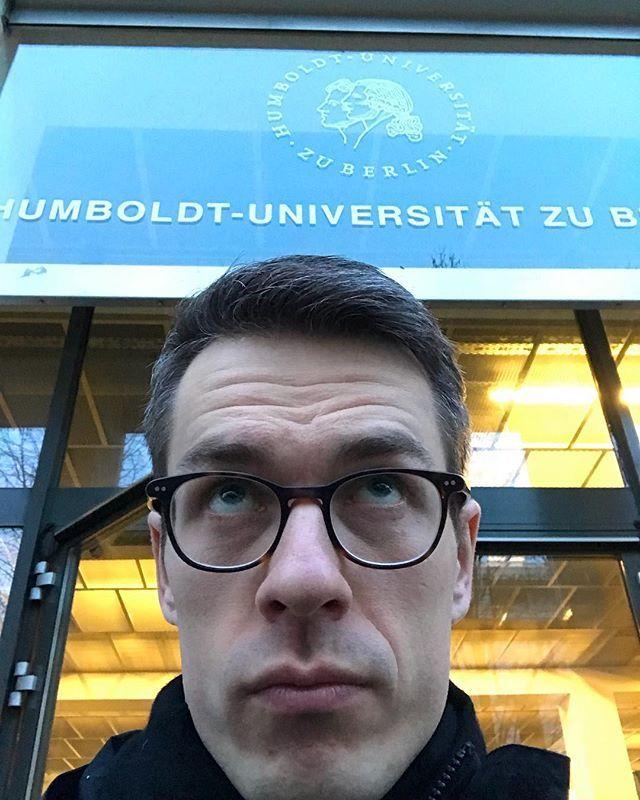 Seit letztem Jahr bin ich Dozent an der HU Berlin. Es geht ums Bloggen im Bereich Literatur(-wissenschaft). Oft wird man ja gefragt wie diesdas geht und dann denke ich manchmal daran wie ich 2007 meinen ersten WordPress-Blog ohne Plan zusammengezimmert hab. Planen und reflektieren sind wichtig. Einfach mal machen aber eben auch. Die meisten Oberexperten haben ja auch so angefangen btw. Freu mich und finde unterstützenswert dass das immer mehr auch im Uni-Umfeld so ankommt.