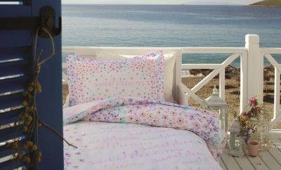 Özdilek Nevresim Takımları İle Renkli Rüyalar... En özel tasarımları ve desenleri ile öne çıkan yatak odası takımlarını bir araya getiren Özdilek, yaşam alanınızı güzelleştirmeye devam ediyor. Mavi ve pembe tonlarının hakim olduğu Özdilek nevresim takımları ile yatak odanızı canlandırırken, modern bir dokunuş kazandıracaksınız.