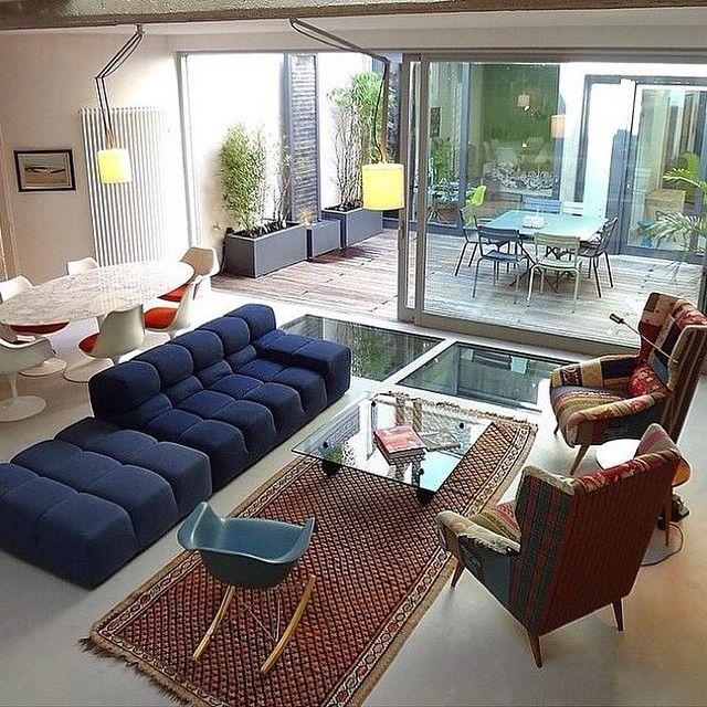 Öppet vardagsrum med utrymme för möblering