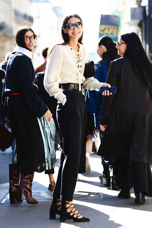 Le Blog de moda gafas de sol de gran tamaño Street Style ata para arriba los detalles suéter blanco de talle alto con cinturón pantalones cortos talones negros vía Refinery29