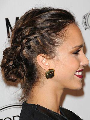 Voici une jolie coiffure pour femme composée d'un chignon placé dans le bas de la tête. Les côtés ont été enjolivés de tresses plaquées sur ...