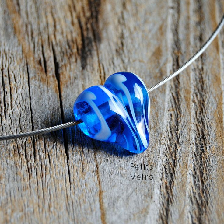 Blue Variegated Heart: collarino con cuore in vetro di murano blu e bianco di PetitsVetro su Etsy