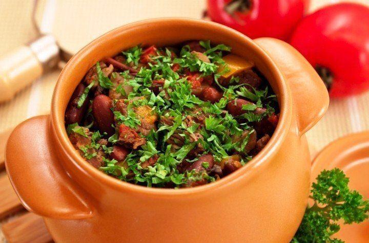 ТОР - 7 Вторые блюда в горшочках    1. Горшочки с мясом, фасолью и грибами    Ингредиенты    500 г говядины (свинины, баранины)  200 г фасоли  300 г помидоров  300 г грибов  200 г болгарского перца  150 г лука  соль  перец  растительное масло    Приготовление    Если Вы не любите фасоль, можно ее не добавлять.  Вместо маленьких горшочков можно использовать форму для запекания с крышкой, объемом около 2.5 л.  Из указанного количества ингредиентов получается 5 средних горшочков, объемом 500…