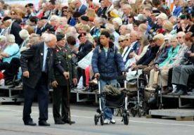 """28-Jun-2014 14:07 - """"BELANGRIJKE DAG VOOR VETERANEN"""". Hij is er ieder jaar bij. Net als veel andere veteranen is de 83-jarige oud-marinier Kronenberg met de trein naar Den Haag gekomen voor de Nederlandse Veteranendag, samen met zijn schoonzoon en kleinzoon. Kronenberg diende eind jaren veertig in toenmalig Nederlands-Indië. """"Dertig dagen op de boot. Je zag niks anders dan water en lucht."""" De Veteranendag vindt hij van groot belang. """"Het is een belangrijke dag voor oud-militairen. Een..."""