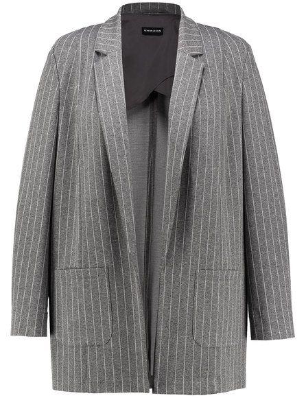De zeer elastische krijtstreep blazer in open vorm is een modieuze it-piece! Extra informele vorm met een lange revers, zakken en split mouwen. Half g... Bekijk op http://www.grotematenwebshop.nl/product/casual-gestreepte-blazer/