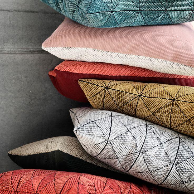 Tile kudde från Muuto är speciellt utvecklad med skickliga formgivare och hantverkare i den norska textilfabriken Gudbrandsdalens Uldvarefabrik. Fabriken har vävt tyger av premiumkvalitet sedan 1884 och här har man gjort ett tredimensionellt mönster med en härlig struktur vilket gör kudden till ett blickfång i din soffa eller säng.