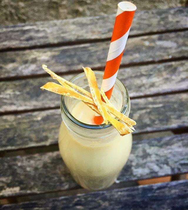 Smoothie mangue séchée  Les fruits secs sont une solution pour se préparer des recettes hors saisons où lorsque nous n'avons pas de fruits frais à disposition. Voici donc comment réaliser cette recette exotique à n'importe quel moment de l'année! Faire tremper quelques tranches de mangues séchées quelques heures (éventuellement la nuit pour le lendemain matin) dans du lait végétal. Moi j'ai utilisé du lait d'amande (environ 250 ml pour 3 beaux morceaux de mangue mais vous adaptez les…
