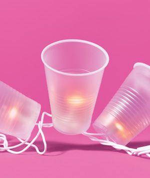 Feestelijke verlichting zelf maken met kerstverlichting en doorschijnende plastic drinkbekertjes. 1. Beplak doorschijnende plastic weggooi bekertjes