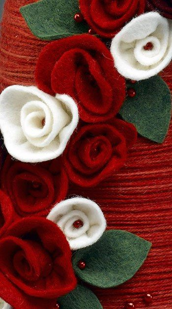 How to make rolled felt flowers for a Christmas Yarn Wreath & Topiary