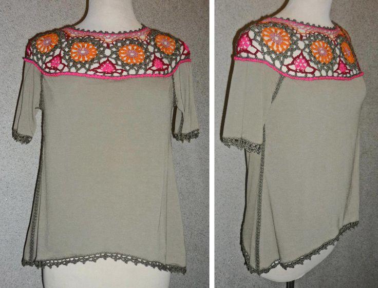 Blusa elaborada con tela jersey gris y tejido a crochet en hilos de colores anaranjado, rosa, fucsia, verde oscuro y rojo oscuro, Talla M