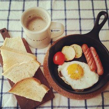 鉄製の小さなフライパン、小さなカッティングボードを食器に見立てて、そのまま食卓へ。